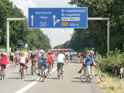 In meiner alten Heimat Dortmund-Lütgendortmund ist auf beiden Spuren und neben der Autobahn viel los